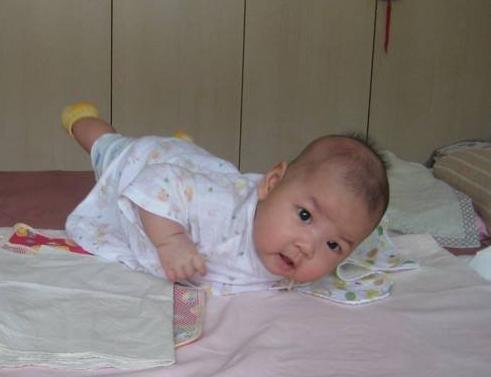 寶寶不到1個月就會翻身,到醫院檢查後,全家人心如刀割!,香港交友討論區